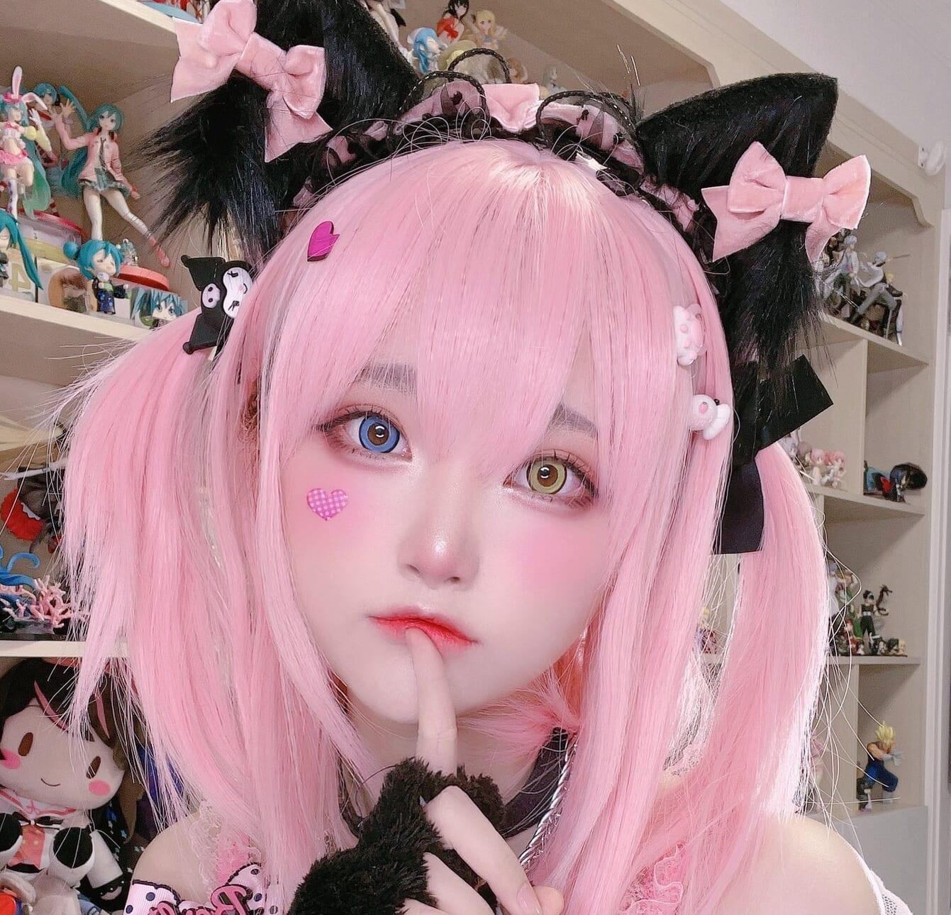 (日本語) 人気コスプレイヤー『SeeU』 、ピンクと黒の可愛らしいメイド系のコスプレを披露